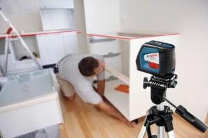 Laser GLL 2-50 Professional ze statywem BS 150 ułatwi wiele prac montażowych