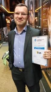 Dawid Sadulski, dyrektor Wydziału E-commerce w TIM SA, chwilę po odebraniu wyróżnienia